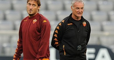 AS Roma coach Claudio Ranieri (R) follows the warming up of AS Roma striker Francesco Totti during the final training of his team prior to the first UEFA Champions League group E match between Bayern Munich and AS Roma in Munich, southern Germany, on Tuesday, 14, 2010. The Italian team of AS Roma will play against the German first division Bundesliga football club FC Bayern Munich in the stadium in Munich on September 15, 2010. AFP PHOTO / CHRISTOF STACHE
